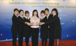 Jackeline綠葉療膚中心榮獲「最佳企業義工優異獎」,Jackeline與義工隊代表齊齊接受這份認同及鼓勵。