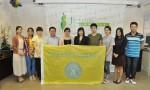 Jackeline綠葉義工隊代表與訪問團進行合影。